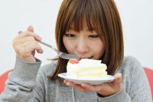 糖分を摂取する女子