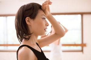 運動で汗を流す女性