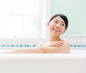 入浴して汗をかく女性