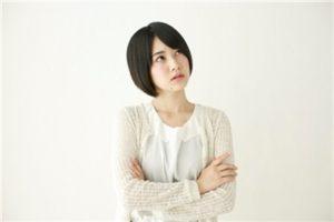 >エクリン汗腺、アポクリン汗腺の2つの汗腺を意識する女性