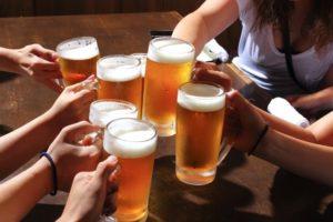 お酒を飲んでアルコールを摂取する