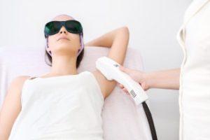 医療レーザー脱毛に通う女性